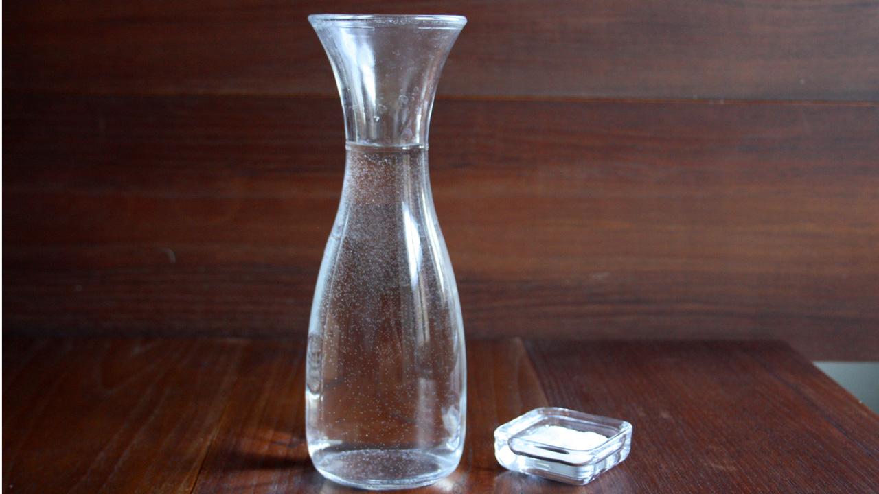 Kochsalzlösung aus 1 Liter Wasser und 10 Gramm Salz