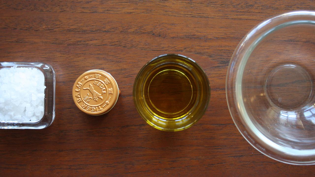 Salz Peeling mit Meersalz, Olivenöl, Tiger Balm und Wasser